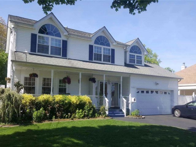 5 BR,  3.50 BTH  Colonial style home in West Babylon